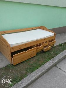 Drveni krevet u kompletu