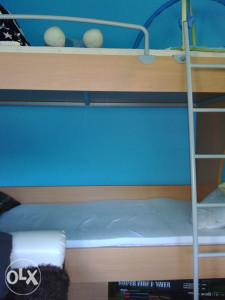 Krevet na sprat sa madracima i trosjed