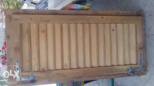 Dva drvena prozora sa griljama
