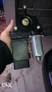 Podizac stakala motoric prednji lijevi passat5+