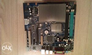 matična ploča sa hladnjakom za procesor
