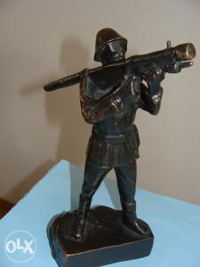 Bronzana skulptura vojnika JNA