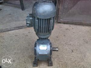 Elektromotor 0.75 kw puzni reduktor 55 o/min