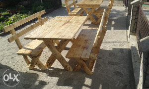 Drveni stolovi i klupe od poluoblica