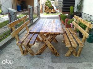 Drveni stolovi i klupe od poluoblica Vrtni namjestaj