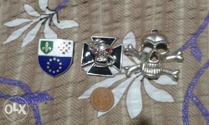 metalni kosturi i znak policije FBiH