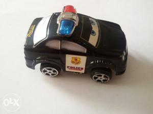 Plastični manji autić na natezanje  dužina 6 cm šir 3,5